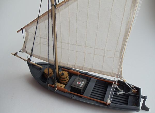 лодка под парусом